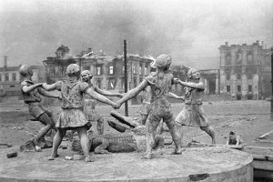 Children's_Dance_fountain_in_Stalingrad,_23_August_1942
